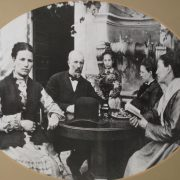 La famiglia Cottinelli nel giardino della villa